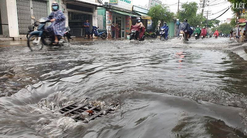TP.HCM: Mưa lớn kéo dài, nhiều tuyến đường thành sông - ảnh 1