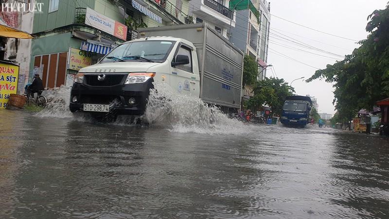 TP.HCM: Mưa lớn kéo dài, nhiều tuyến đường thành sông - ảnh 4