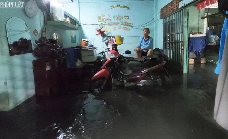 TP.HCM: Mưa lớn kéo dài, nhiều tuyến đường thành sông - ảnh 5