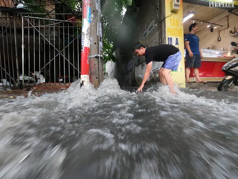 TP.HCM: Mưa lớn kéo dài, nhiều tuyến đường thành sông - ảnh 2