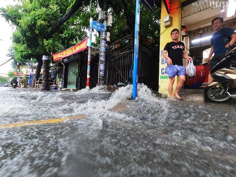 TP.HCM: Mưa lớn kéo dài, nhiều tuyến đường thành sông - ảnh 12