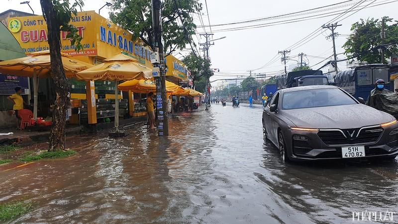 TP.HCM: Mưa lớn kéo dài, nhiều tuyến đường thành sông - ảnh 7