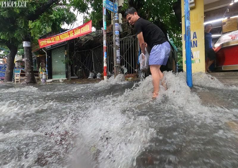 TP.HCM: Mưa lớn kéo dài, nhiều tuyến đường thành sông - ảnh 8