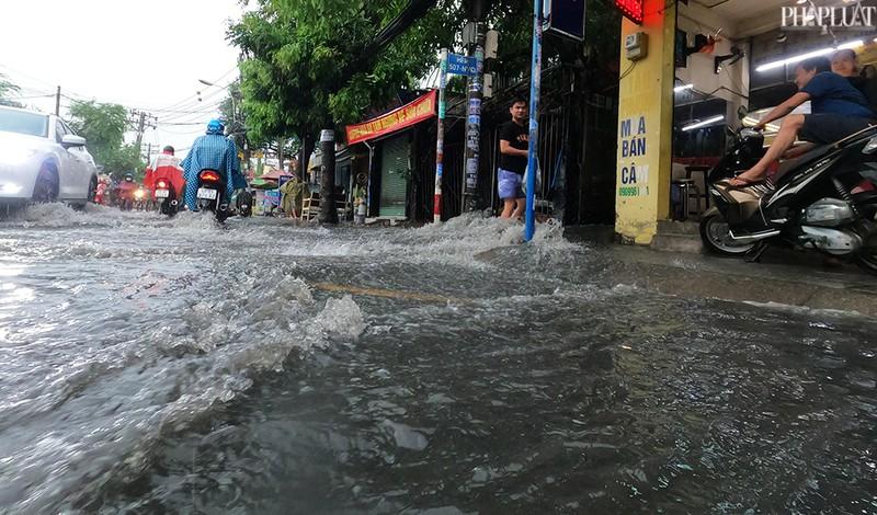 TP.HCM: Mưa lớn kéo dài, nhiều tuyến đường thành sông - ảnh 10