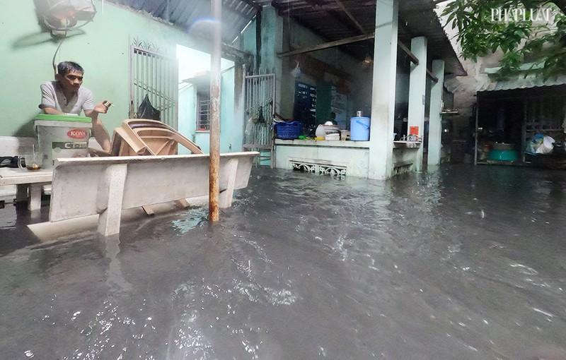 TP.HCM: Mưa lớn kéo dài, nhiều tuyến đường thành sông - ảnh 13