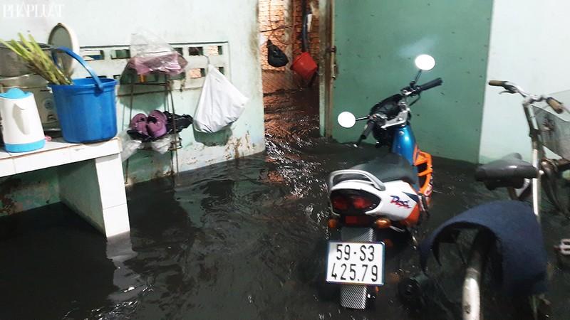 TP.HCM: Mưa lớn kéo dài, nhiều tuyến đường thành sông - ảnh 11