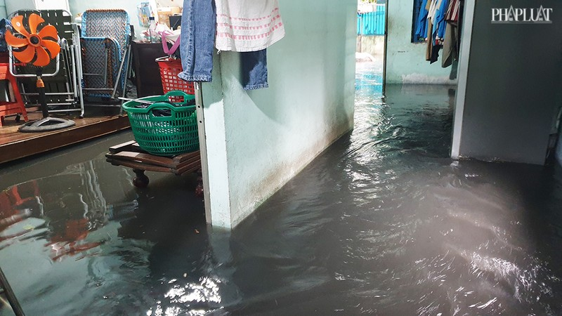 TP.HCM: Mưa lớn kéo dài, nhiều tuyến đường thành sông - ảnh 3