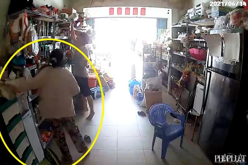 1 phụ nữ vờ mua hàng để trộm card điện thoại ở Bình Tân - ảnh 2