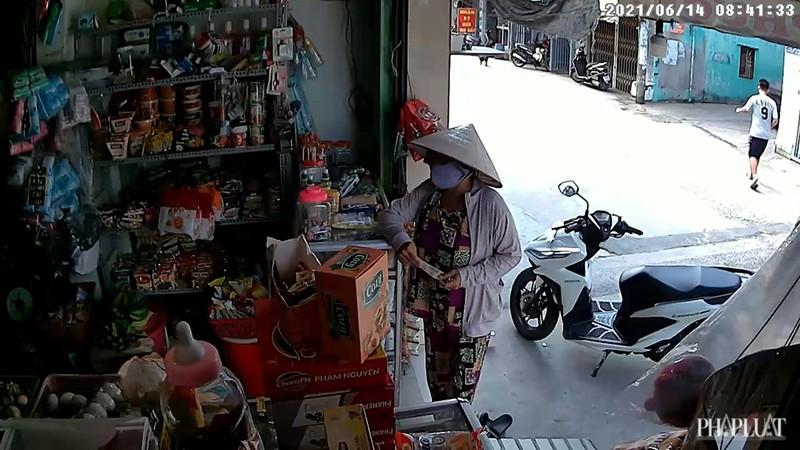 1 phụ nữ vờ mua hàng để trộm card điện thoại ở Bình Tân - ảnh 1