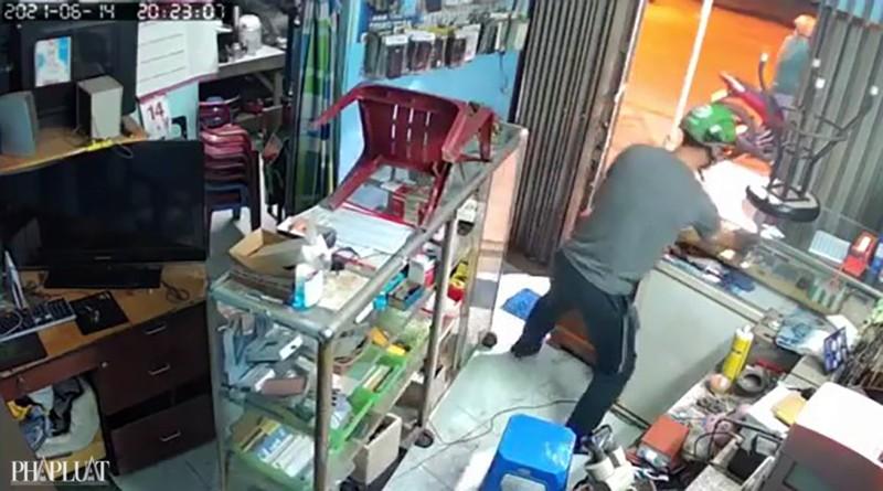 Kẻ trộm cạy cửa lấy 8 điện thoại trong 50 giây - ảnh 2