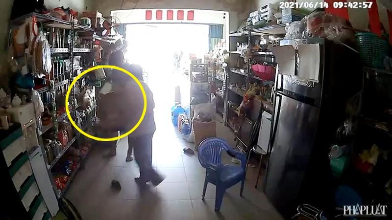 1 phụ nữ vờ mua hàng để trộm card điện thoại ở Bình Tân - ảnh 3