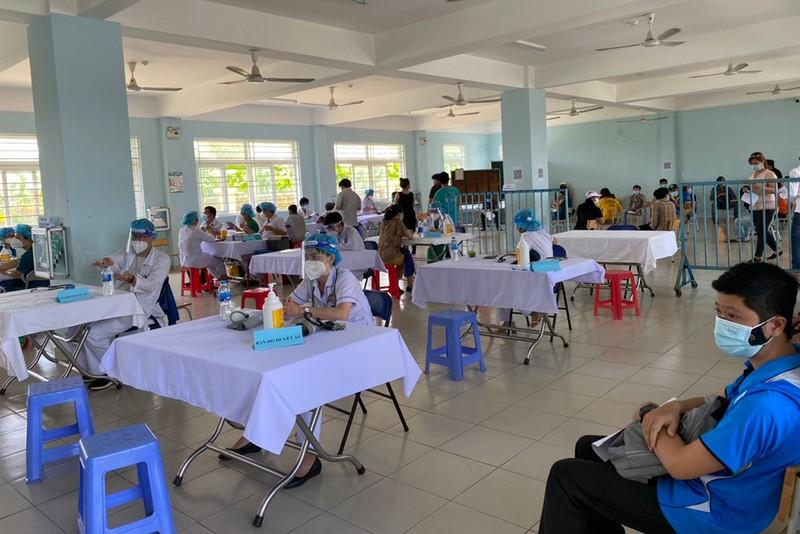 Khoảng 12.000 người ở Chợ đầu mối Bình Điền được tiêm vaccine Astrazeneca - ảnh 1