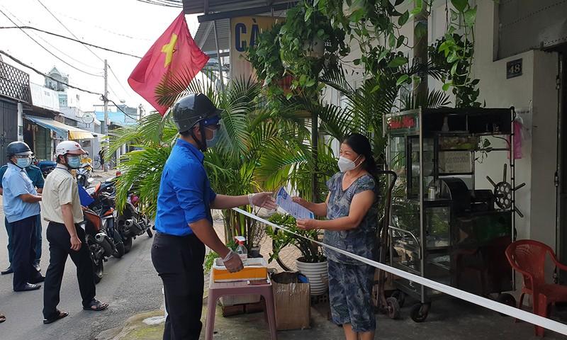 Thực hiện Chỉ thị 12: Một phường phát hơn 8.000 giấy 'đi chợ' cho dân - ảnh 2
