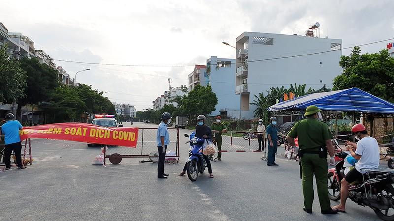 Thực hiện Chỉ thị 12: Một phường phát hơn 8.000 giấy 'đi chợ' cho dân - ảnh 6