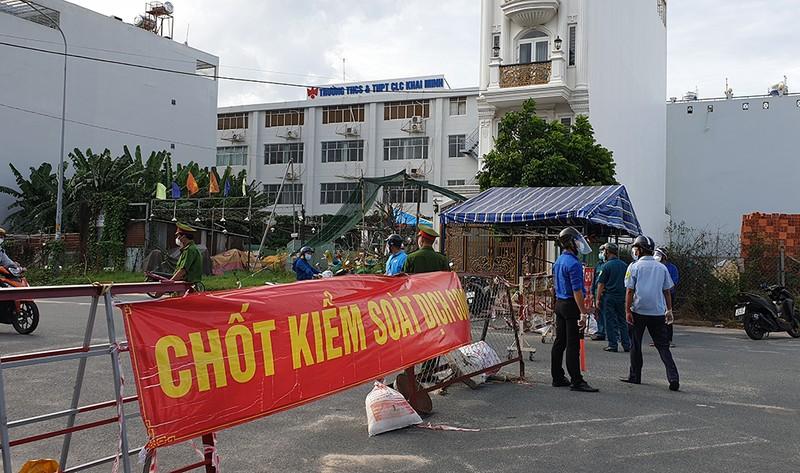 Thực hiện Chỉ thị 12: Một phường phát hơn 8.000 giấy 'đi chợ' cho dân - ảnh 5
