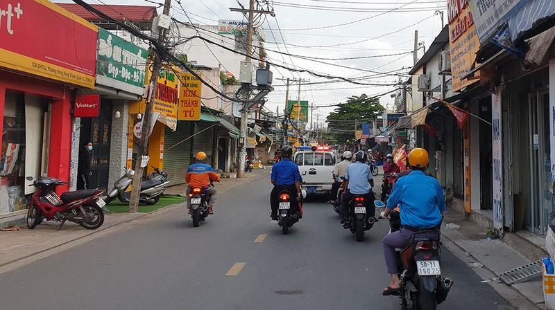 Thực hiện Chỉ thị 12: Một phường phát hơn 8.000 giấy 'đi chợ' cho dân - ảnh 4
