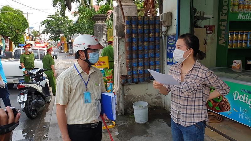 Thực hiện Chỉ thị 12: Một phường phát hơn 8.000 giấy 'đi chợ' cho dân - ảnh 7
