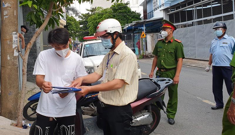 Thực hiện Chỉ thị 12: Một phường phát hơn 8.000 giấy 'đi chợ' cho dân - ảnh 11