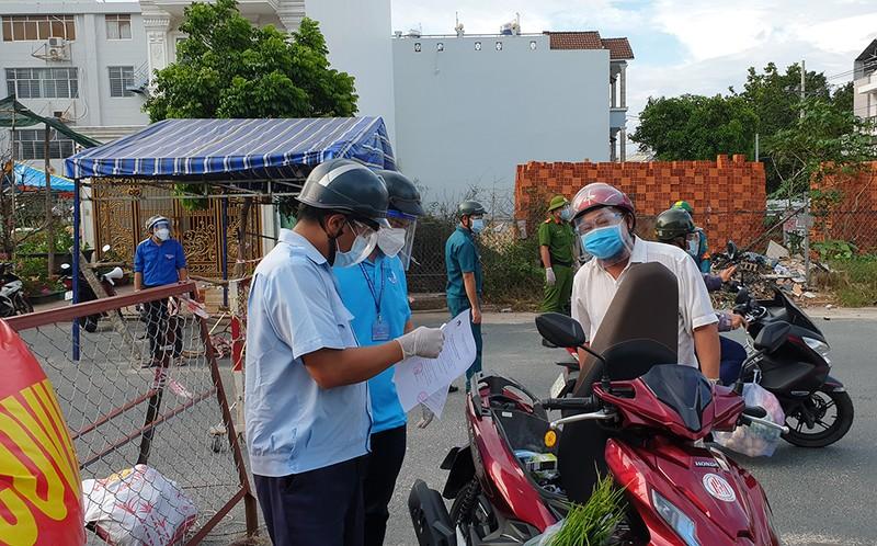 Thực hiện Chỉ thị 12: Một phường phát hơn 8.000 giấy 'đi chợ' cho dân - ảnh 3