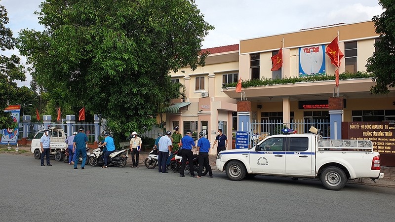 Thực hiện Chỉ thị 12: Một phường phát hơn 8.000 giấy 'đi chợ' cho dân - ảnh 1