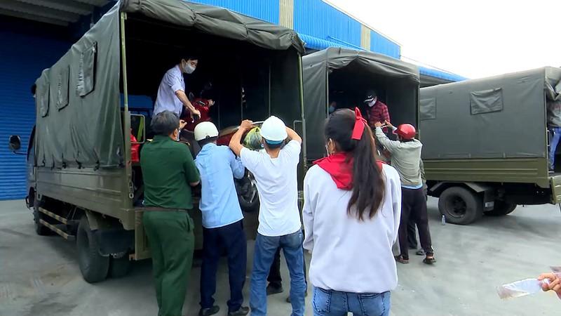 Bộ Tư lệnh TP.HCM điều ô tô đưa hơn 300 người dân về quê miền Tây - ảnh 6