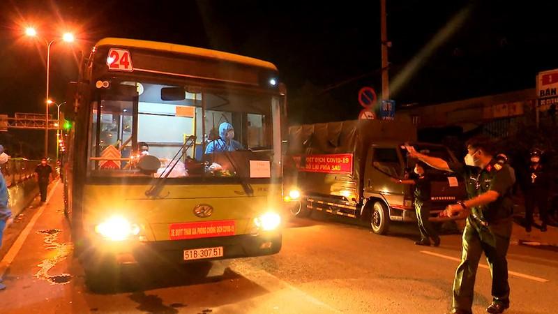 Bộ Tư lệnh TP.HCM điều ô tô đưa hơn 300 người dân về quê miền Tây - ảnh 11
