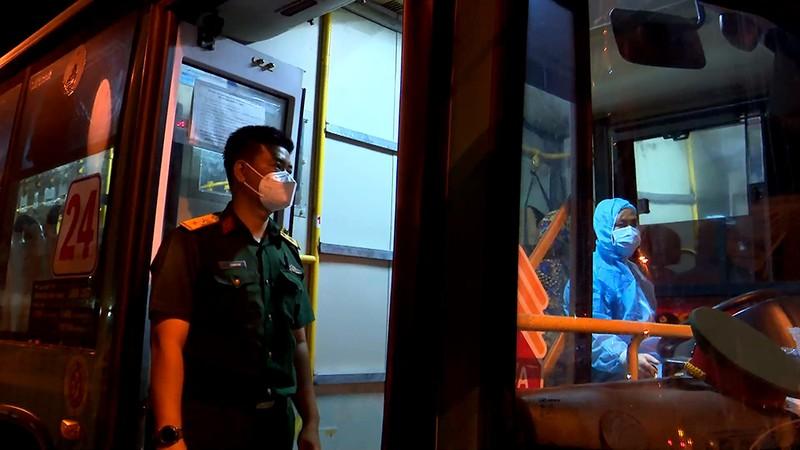 Bộ Tư lệnh TP.HCM điều ô tô đưa hơn 300 người dân về quê miền Tây - ảnh 3