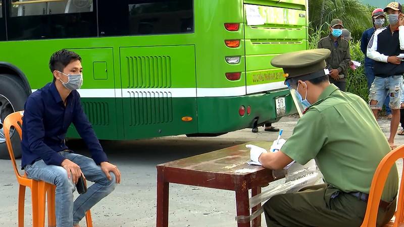Bộ Tư lệnh TP.HCM điều ô tô đưa hơn 300 người dân về quê miền Tây - ảnh 2
