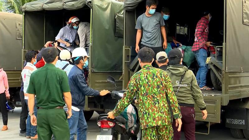 Bộ Tư lệnh TP.HCM điều ô tô đưa hơn 300 người dân về quê miền Tây - ảnh 4