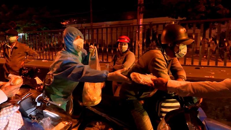 Bộ Tư lệnh TP.HCM điều ô tô đưa hơn 300 người dân về quê miền Tây - ảnh 5