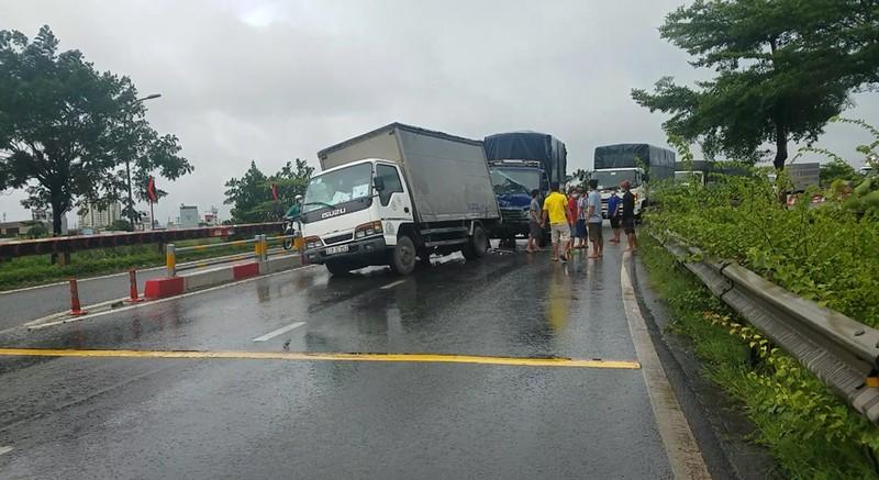 Tông vào xe tải đang dừng sửa giữa đường, 3 người bị thương - ảnh 1