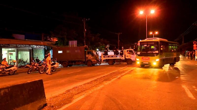 Bộ Tư lệnh TP.HCM điều ô tô đưa hơn 300 người dân về quê miền Tây - ảnh 8