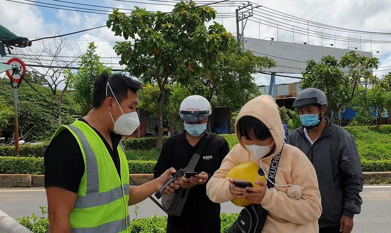 Trong lúc đó, một cán bộ văn hóa xã Tân Kiên cũng tìm cách giúp người dân liên hệ với các hội nhóm đồng hương để tìm biện pháp tháo gỡ. Ảnh: NT