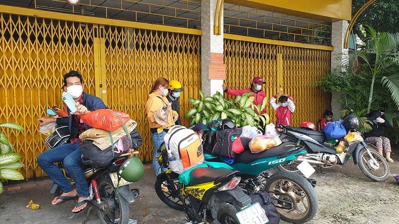 Trong khi đó, tại khu vực chốt ở xã Tân Kiên, huyện Bình Chánh có rất đông người miền Tây mắc kẹt lại. Ảnh: NT