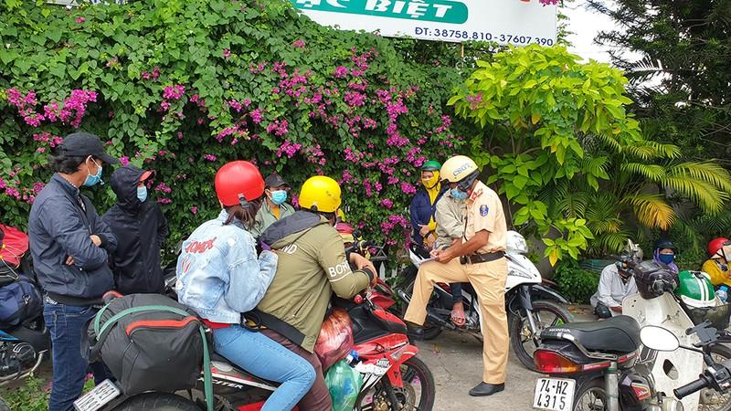 """Nhiều người lái xe máy """"thông chốt"""" về miền Tây bị xử phạt nặng - ảnh 1"""