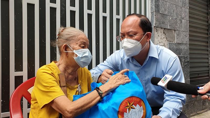 Phó Bí thư TP.HCM thăm, tặng quà người dân khó khăn ở 'vùng xanh' - ảnh 1