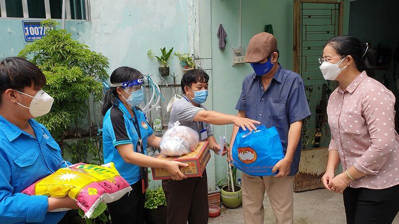 Phó Bí thư TP.HCM thăm, tặng quà người dân khó khăn ở 'vùng xanh' - ảnh 2