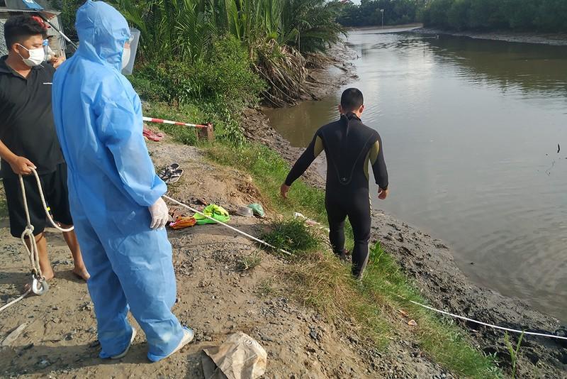 Đang giãn cách xã hội, 2 người bơi qua rạch để bắt cá, một người mất tích - ảnh 1