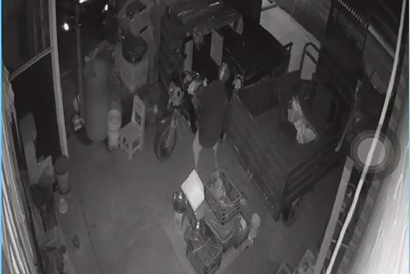 Trộm chui vào nhà bẻ khóa lấy xe ba gác chở hàng từ thiện ở Bình Chánh - ảnh 1