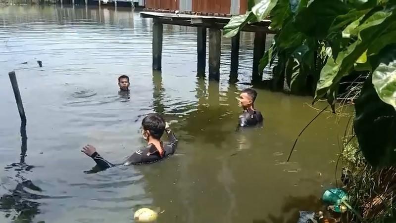 2 người nhảy xuống ao tự tử rồi bơi vào bờ khiến cảnh sát vất vả lặn tìm - ảnh 2