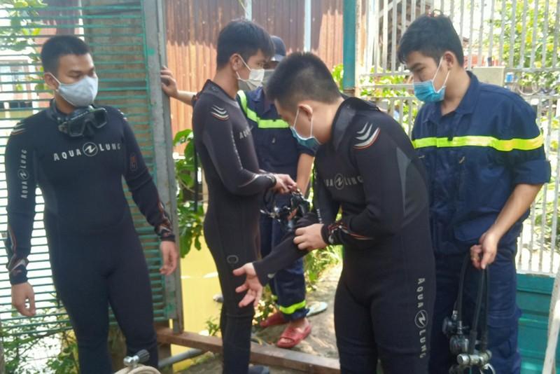 2 người nhảy xuống ao tự tử rồi bơi vào bờ khiến cảnh sát vất vả lặn tìm - ảnh 1