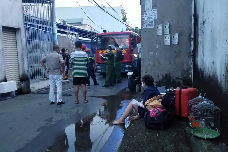 Cháy kho hàng thực phẩm ở quận Bình Tân, người dân hô hoán - ảnh 2