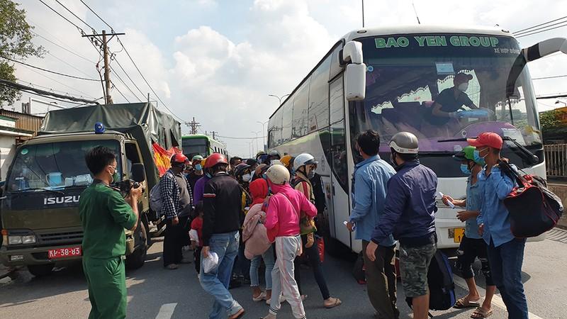 Công an, quân đội phối hợp đưa cả ngàn người về quê miền Tây - ảnh 11
