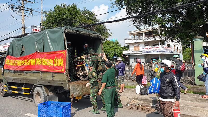 Công an, quân đội phối hợp đưa cả ngàn người về quê miền Tây - ảnh 10