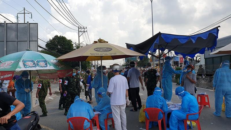 Công an, quân đội phối hợp đưa cả ngàn người về quê miền Tây - ảnh 6