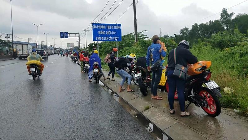 Tháo dỡ chốt ở thị trấn Tân Túc, công an phát nước, bánh mì cho người về quê - ảnh 1