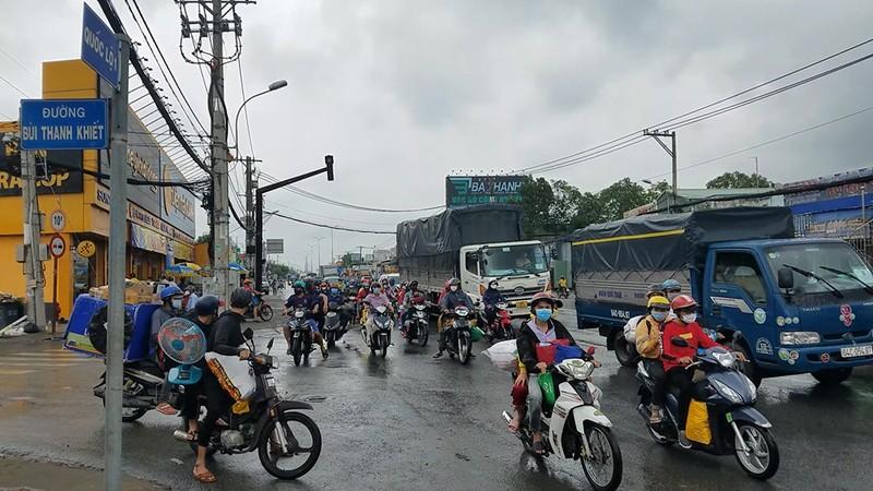 Tháo dỡ chốt ở thị trấn Tân Túc, công an phát nước, bánh mì cho người về quê - ảnh 2