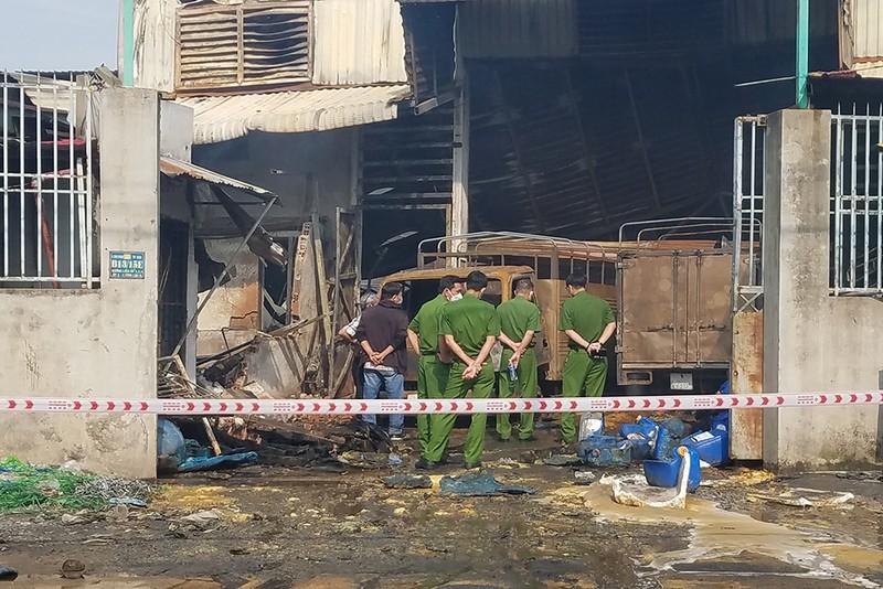 Xưởng cồn, hóa chất cháy rụi ở Bình Chánh - ảnh 1