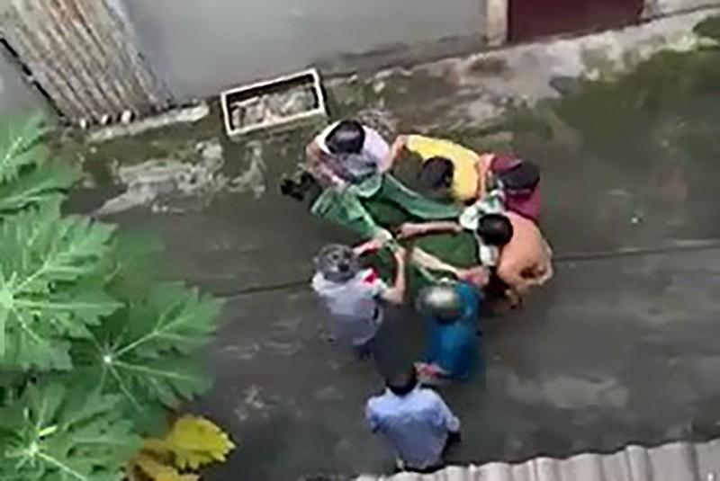1 Công an ở Tân Bình bị thanh niên nghi ngáo đá tấn công bằng dao - ảnh 1