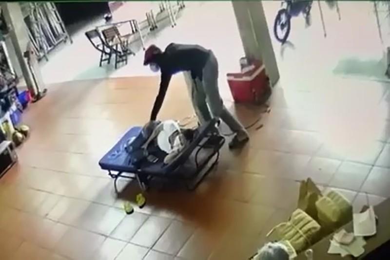 Người phụ nữ ngủ quên, bị trộm lẻn lấy mất iPhone - ảnh 1